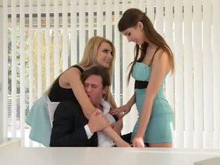 Two secretaries nemen reusachtig baas lul in de bips
