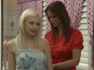 Draguta blonda adolescenta pentru unul fierbinte milf lesbian