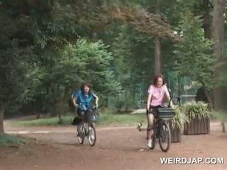 אסייתי נוער sweeties ברכיבה bikes עם dildos ב שלהם cunts
