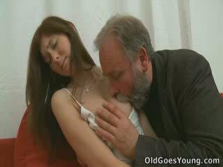 该 grey 发 和 beard 意味着 无. 什么时候 您 看 他 他妈的 alina you'll realise 该 动力 的 经验