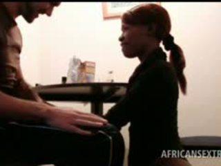 Afrikaans hoe mond fucks blank piemel op knees