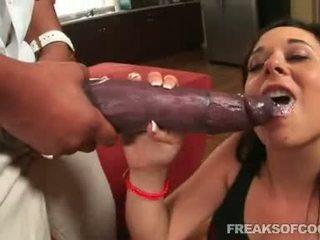 Soaked порно floozy aarielle alexis stuffs її рот з a неймовірно величезний статевий член