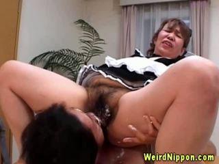 Asia perempuan tua gets dia berbulu alat kemaluan wanita licked