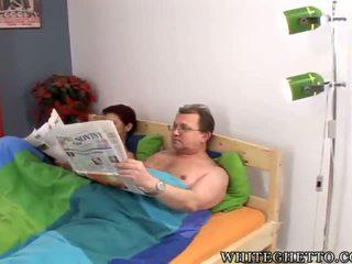 Pieauguša pair having an jauks shafting uz the guļamistaba