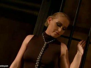 Karstās pavēlniece dominating seksuālā blondīne