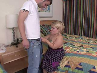 หยาบคาย dwarf เป็น ลง บน เธอ knees สำหรับ ร้อน ใช้ปากกับอวัยวะเพศ