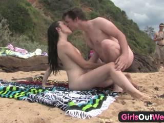 Cutie jāšanās a stranger pie the pludmale