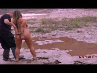 Kails vergs meitene uz the mud