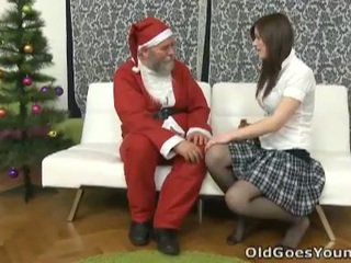 Vana santa clause gives noor teismeline a gift