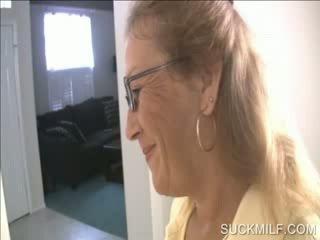 Mama dan perempuan mengisap sebuah dong