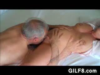 Dedek licking grandmas zreli muca
