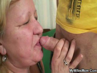 Žmona finds jos vyras dulkinimasis oustanding grandmother