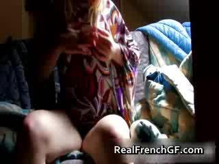 Bigtit frans vriendin fingers en tastes haar