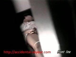Aziatisch schoolmeisje betrapt masturberen in haar bedroo