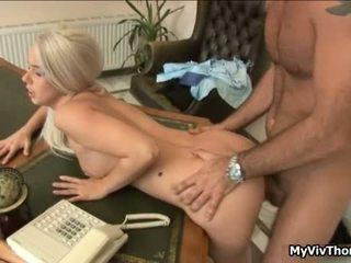 Uzbudinātas blondīne pievilcīgas paklīdusi sieviete gets viņai ciešas