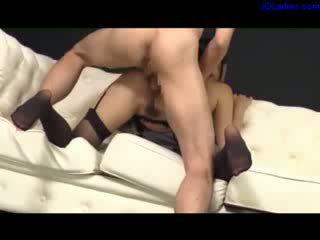 Rondborstig secretaresse in sexy kniekousen geneukt door haar baas sperma naar bips op de zitbank in de kantoor