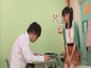 Geil aziatisch leraar seducing een school- jongen in klas