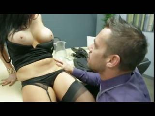 Audrey bitoni letting उसकी co-worker चूसना उसकी बड़ा टिट्स