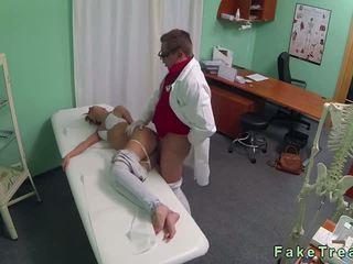 خير أبحث امرأة سمراء مارس الجنس بواسطة الطبيب في fake