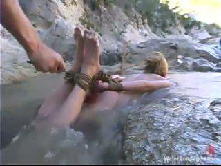 Zvaigzne loves peldēšanās uz a mountain waterfall uz sāpe satisfaction aktivitāte