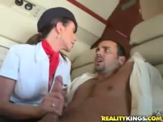 Heet flight attendents ariella ferrera en aimee addison geven in flight pijpen