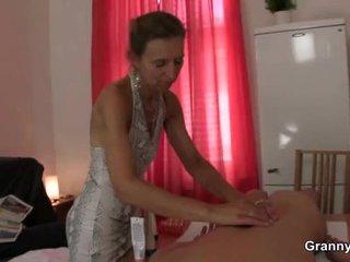 Gammel masseuse gets henne hårete mus pounded