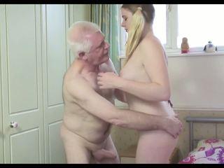 Chaud vieux homme n jeune chienne