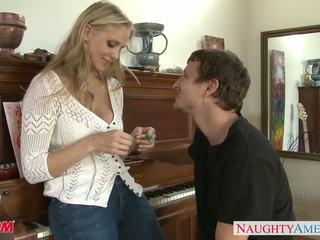 Милф в секси дънки julia ann gets nailed