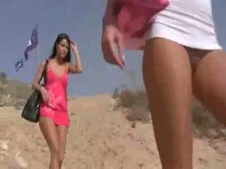Nerātnas tīņi pie pludmale