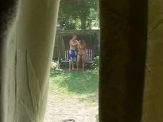 Ik betrapt mijn neighbors neuken buiten