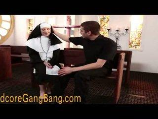 Blond nonne pounded i orgie handling