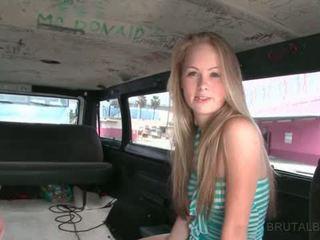 Schattig blondine talked in having seks in de brutaal bus