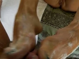 Kelly madison strokes impure cleft और jerks पर एक फॅट knob