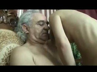 Gaja cuidado de disabled velho homem