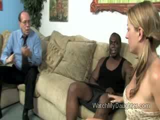 Owadan blondinka little daughter swallows a big çişik gara gotak in front of her fathers gözler