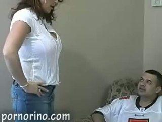 Karštas milf mama čiulpimas ir stroking sūnus už sperma