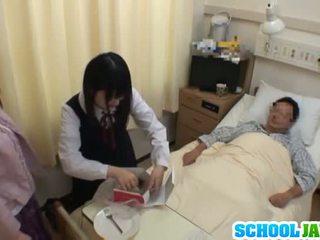 Asiática escolar visits male amigo en hospital para un