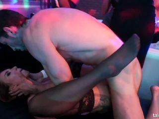 Bi pornohvězdami licks twats a shares cocks v veřejné.