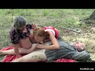Tettona nonnina having divertimento in il foresta