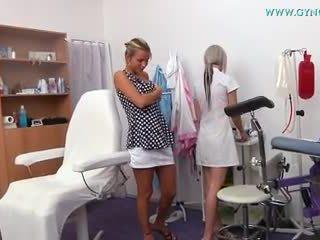 金发 女孩 went 到 她的 gynecologist 为 regular 考试