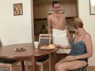 Karstās vecmāte enjoys sekss ar a puika