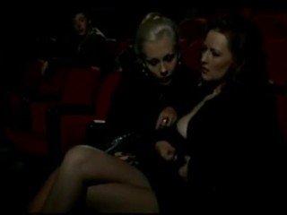 Alduterio italiano dû ragazze al cinéma