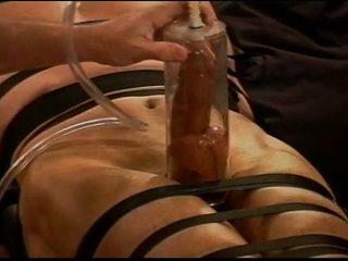 Extrémní vacuum pumping kohout a míček mučení na muscle guy