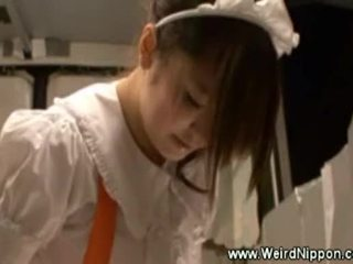 Asiatisk servitrise uses en leketøy mens serving