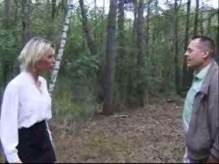 Blondie bashkëshorte fucked në pyll