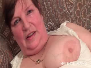 Chesty rijpere satisfies puss met dildo