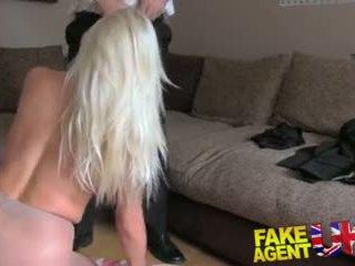 Fakeagentuk sultry blondinė su didelis papai gets tied į viršų ir pakliuvom rotten video