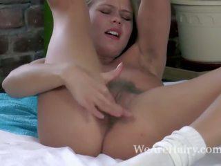 Darina nikitina strips nudo e masturbates