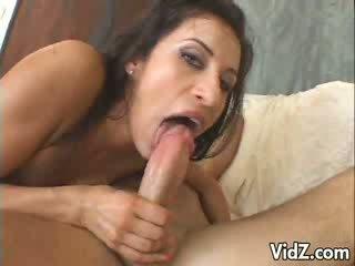 Gyönyörű barna sucks és fucks 2 dicks