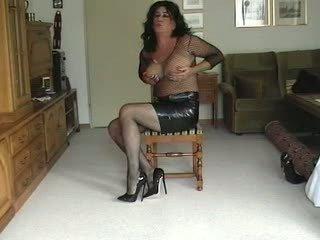 Transeksualas su fake krūtys teasing apie kamera